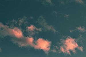 nuvens rosa ao pôr do sol foto