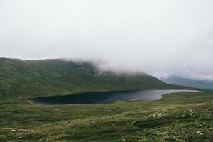 lago e campo de grama verde foto