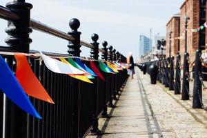 passarela vazia com bandeiras foto