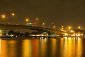 longa exposição de uma ponte sobre o rio chao phraya foto