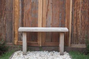 banco de madeira em cascalho branco foto