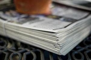 pilha de jornais foto
