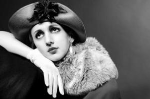retrato com estilo retrô de uma jovem de chapéu foto