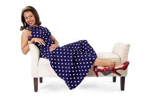 mulher estilo vintage deitada em uma espreguiçadeira