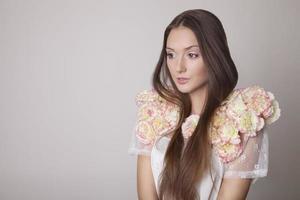 retrato da beleza de uma jovem morena, primavera.