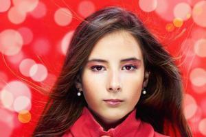 retrato da moda de menina bonita, cabelos castanhos compridos foto