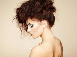 retrato de uma linda mulher sensual com penteado elegante. por foto