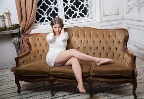 jovem mulher bonita em vestido branco foto