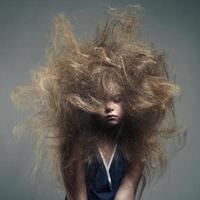 jovem com um penteado elegante de volume foto