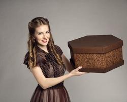 mulher anuncia caixa de bolo, entrega de comida retrô, serviço de entrega