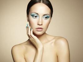jovem bonita com maquiagem brilhante e manicure