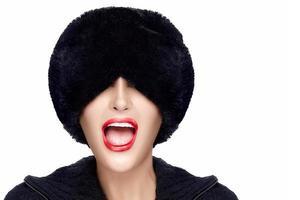 moda inverno jovem com chapéu de pele gesticulando e fazendo caretas foto
