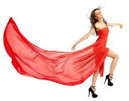 jovem em um longo pano vermelho isolada (versão normal) foto