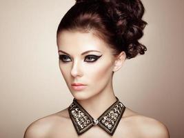 retrato de uma linda mulher sensual com penteado elegante