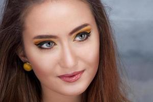 retrato da moda de mulher jovem e bonita foto