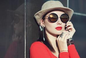 jovem linda com chapéu e óculos escuros foto