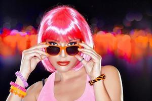 linda garota festeira. cabelo rosa elegante.