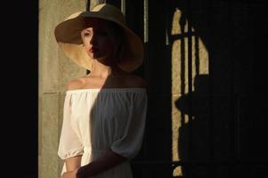 mulher bonita com chapéu de palha foto