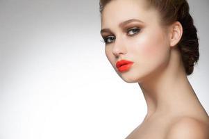 mulher com batom laranja foto