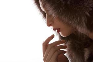 mulher bonita com casaco de pele de inverno foto