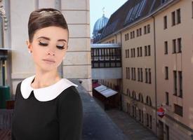 mulher jovem e bonita em estilo retro na caminhada foto
