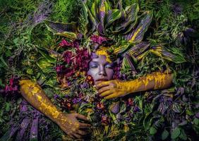 retrato de menina de conto de fadas rodeado de flores e plantas naturais. foto