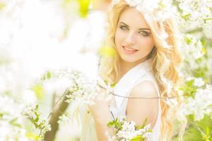 retrato de primavera de uma bela jovem loira foto