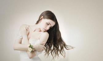 jovem linda noiva em um vestido branco