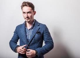elegante jovem bonito com elegante casaco azul.