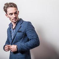 elegante jovem bonito com elegante casaco azul. foto