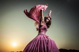 atraente mulher romântica no lindo vestido rosa pose ao ar livre.