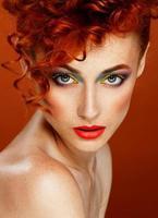 ruivo. linda garota com maquiagem brilhante foto