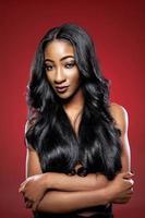 mulher negra com cabelo longo luxuoso e brilhante