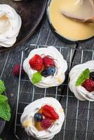 merengue pavlova caseiro com frutas frescas foto