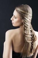 cabelo comprido e penteado fashion, braço esquerdo dobrado