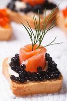 canapés com caviar de esturjão preto e peixe salmão foto