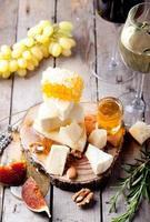 prato de queijo com mel, uva, vinho em taças