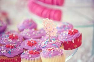 deliciosos cupcakes no dia do casamento foto