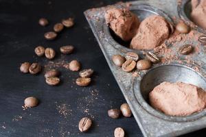 trufas de chocolate em uma forma incomum com talheres de metal foto
