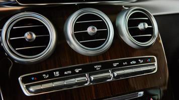 detalhes do interior do carro de luxo foto