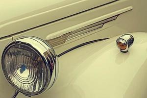 look vintage em um carro antigo de luxo foto