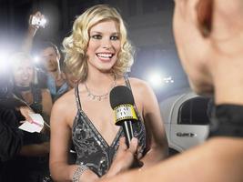 celebridade sendo entrevistada por jornalista foto