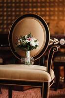 buquê de casamento em uma cadeira
