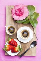 café na cama. café da manhã romântico foto
