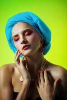 jovem linda em um turbante em lindos brincos foto