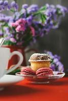 macaroons de framboesa e bolo no café da manhã