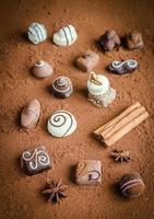 bombons de chocolate luxuosos com fundo de cacau foto