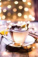 xícara de chocolate quente na mesa de madeira foto