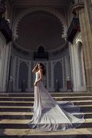 Mulher bonita com cabelo escuro usando vestido luxuoso de lantejoulas