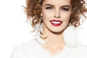 linda jovem com maquiagem de noite perfeita, lindo sorriso foto